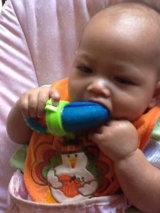 Keenan maem pisang pake baby feeder
